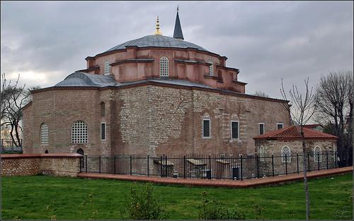 526-536 yılları arasında yapılan, mimarlarının Milet'li İsidoros ve Tralles'li Anthemius olduğu düşünülen, Bizans İmparatoru I. Justinyen ve karısı Theodora tarafından yaptırılan Aya Sergios ve Bachos Kilisesi, 1497 yılında Sultan II. Beyazıt döneminde camiye çevrilmiştir. Günümüzdeki adı Küçük Ayasofya Camii'dir. Fotoğraf:antikkonak.com