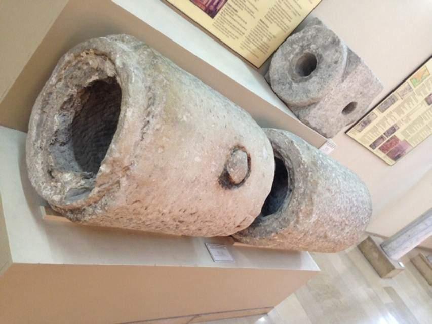 Bizans su mimarisi örnekleri İstanbul Arkeoloji Müzeleri'nde görülebiliyor. Beyazıt'ta bulunmuş, 4. yüzyıla ait yazıtlı ve tıpalı mermer su boruları ve yol ağzı su dağıtım elemanı (altta). Fotoğraflar: Füsun Kavrakoğlu