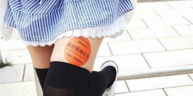 Japonya'da bir şirket kadınların bacaklarını reklam alanı olarak kiralıyor. Şirketin sözcüsü, 18 yaşını dolduran ve herhangi bir sosyal ağda 20'den fazla kontağı olan her kadının bacaklarının reklam için kullanılabileceğini söyledi. Kadınların yapması gereken, reklamı bacağına yapıştırmak, mini etek giymek, sekiz saat boyunca reklamı halka açık alanlarda göstermek ve çalıştıklarını kanıtlamak için fotoğraflarını Facebook ve Twitter'a yüklemek. Fotoğraf:t24.com.tr
