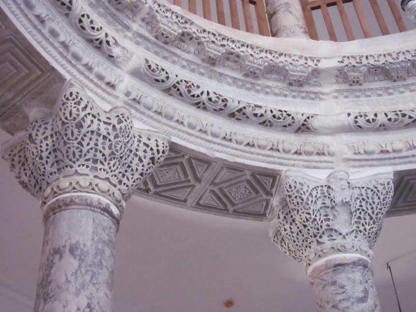 Sütun, Romalılar tarafından dekoratif bir eleman olarak kullanılırdı. Bizans mimarisinde destek elemanı görevini yüklendi. Bizans, çok çeşitli sütun başlıkları kullandı. Yeni kiliselerin iç mekanında, sütunlar tarafından taşınan arkatlar vardı. Başlangıçta, Erken Hıristiyan dönemin sütun ve başlıkları Roma'daki öncellerine çok benziyordu. 527-536 yılları arasında inşa edilmiş Konstantinopolis'teki Aziz Sergios ve Bakhus Kilisesi'nin (Küçük Ayasofya) sütun başlığı dantel benzeri kıvrımdal bezemeleri ve girift halkaları ile Roma etkisinden kurtulmuştu. Bunlar gibi üç ana modelden (Dor, İyon, Korent) farklı sütun başlıklarına kompozit/karma düzen adı verilir. Fotoğraf:www.panoramio.com