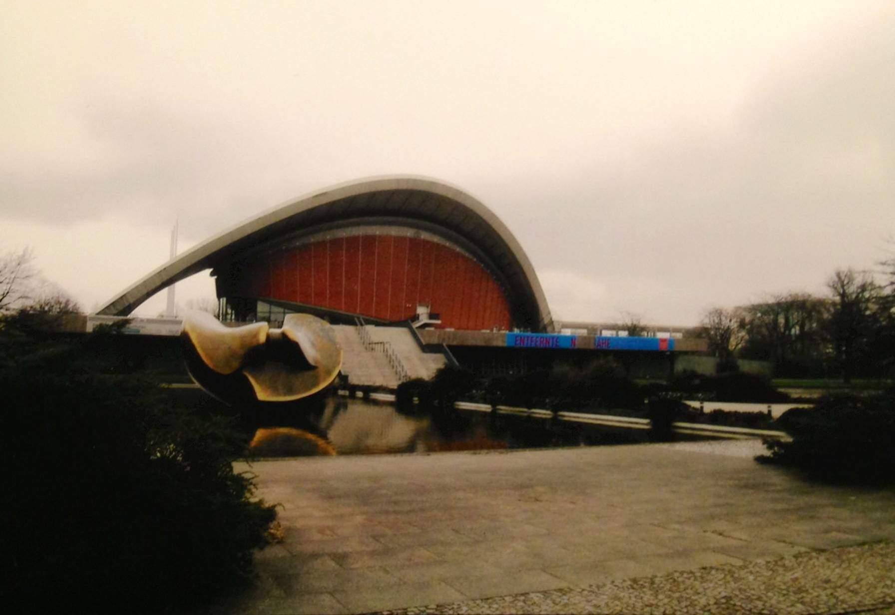 Önünde Henry Moore'un heykeli ile Berlin'deki Tüm Kültürler Müzesi (Haus der Kulturen der Welt). Mimar Hugh Stubbins'in 1957 yılı eseri olan binanın iki de takma adı var: Oystershell (İstiridye Kabuğu) ve Carter Smile (ABD eski başkanı Carter'ın gülüşü).