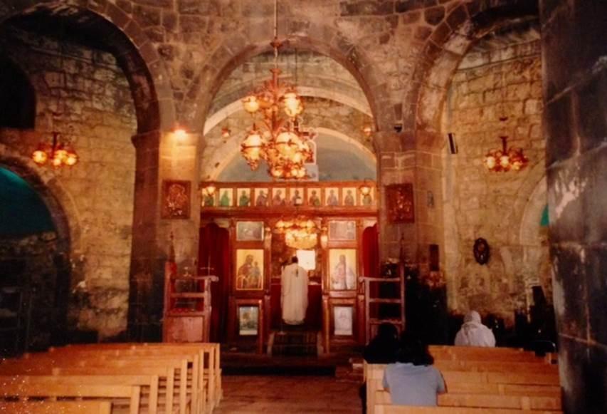 İlk merkezi planlı kilise olma iddiasını taşıyan birkaç yer vardır. İlki, 512'de Suriye'nin Bosra şehrinde yapılmış ama kubbesi çökmüştür. 5. yüzyılda yapılıp ayakta kalan ilk merkezi planlı kilisenin Suriye'de Bosra yolu üzerinde El Ezra kasabasındaki Yunan Ortodoks Aya Yorgi bazilikası (515) olduğu söylenir. Aynı iddiada olan Aya Sofya'ya bu kilisenin örnek olduğu öne sürülür. Fotoğraf: Füsun Kavrakoğlu