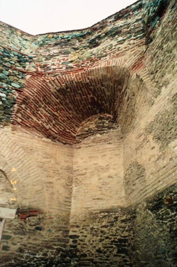 Selanik Kalesi, taş ve sıra sıra tuğla ile örülerek yapılmış bir Erken Bizans yapısı. Erken dönem duvar tekniğine baktığımızda, duvarlar kalındır; zeminden yaklaşık 1.5 metreye kadar olan alt kısımları, birbirine demir ve kurşun kenetlerle tutturulmuş büyük kesme taş bloklardan inşa edilir; bazen bu blokların iç kısmı 1.5 m yüksekliğe kadar mermer levhalar ile kaplanır; üst kısımlarda ise almaşıklı olarak tuğla ve daha küçük boyutlu taş sıraları kullanılır; büyük kesme taş bloklardan örülmüş olan ilk sıranın üzerinde 4x35x35 cm boyutlarındaki tuğlalardan birkaç sıra örülmüş bir şerit vardır. Bu tuğla sırasının üzerinde de yaklaşık 80 cm kadar yükseklikte, daha küçük boyutlu taştan örülmüş bir sıra, bunun üzerinde tekrar tuğladan yapılan örgü devam eder. Yapıların kubbe ve yarım kubbelerden oluşan üst kısımları ise tamamen tuğladan inşa edilmişlerdir. Fotoğraf: Füsun Kavrakoğlu
