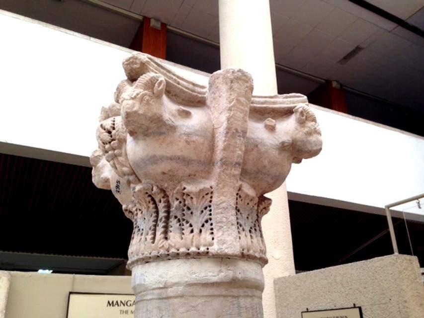5. yüzyılın ikinci yarısı veya 6. yüzyılın ilk yarısına tarihlenen bu mermer koç başlı sütun başlığı Mangan Bölgesi, Gülhane'de bulunmuştur. İstanbul Arkeoloji Müzeleri. Fotoğraf: Füsun Kavrakoğlu