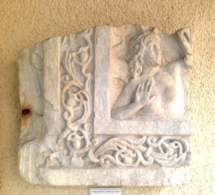 Zeuksippos Hamamı'nın yapımına 196 yılında Roma İmparatoru Septimus Severus tarafından başlanır, Büyük Konstantin (324-337) tarafından tamamlanır. Hamam çok sayıda antik heykel ile donatılır. Çevresindeki dükkanların geliri ile bakımı sağlanır. Yangın ve depremlerden sonra onarılır ama 8. yüzyıldan sonra hamam olarak kullanılmaz. Son dönemlere kadar hapishane ve ipek işleme atölyesi olarak kullanılmıştır. Thebai'li ozan Khristodoros, bir şiirinde Zeuksippos Hamamı'nın heykellerinden bahseder; Hekabe, Odysseus, Aiskhines ve Aristo'nun heykelleri olduğunu yazar. Kazı sırasında Hekabe ve Aiskhines yazıtlı kaideler bulununca bina kalıntılarının Zeuksippos Hamamı'na ait olduğu anlaşılmıştır. 4. yüzyıla tarihlenen Nereid kabartmalı mermer mimari levha parçası Zeuksippos Hamamı'na ait. İstanbul Arkeoloji Müzeleri. Fotoğraf: Füsun Kavrakoğlu