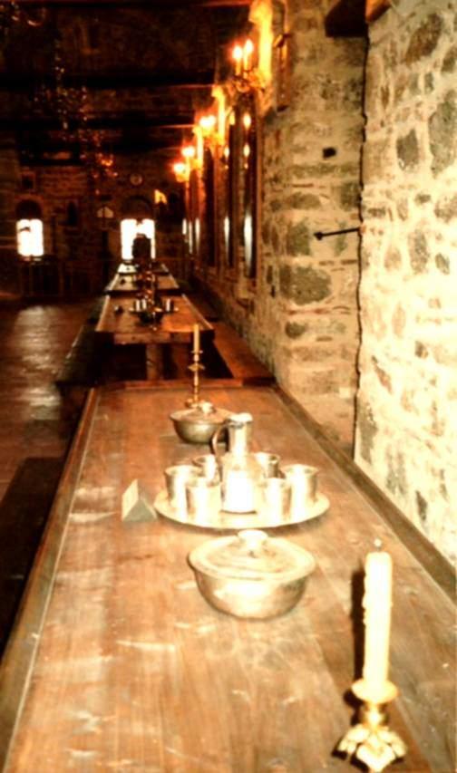 Yunanistan'ın Teselya Vadisi'nde yer alan Meteora Manıstıları'ndan altı tanesi faal durumda. Bölgedeki manastırların en eskisi ve en büyüğü olan Diriliş Manastırı'nın yemekhanesi. Yemek süresince İncil okunur. Manastır yemekhanesinde oturuş yerleri hiyerarşiktir. İlyas Bey Camii'nin yerine yapıldığı Studios Manastırı'nın mermer masaları Aynaroz'a satılmış.