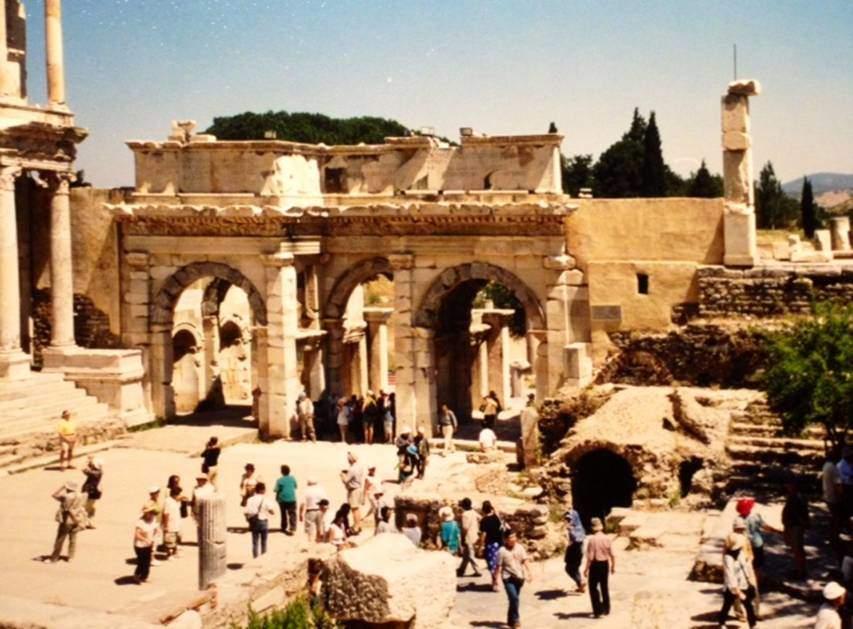 Kütüphane Meydanı'nda, Kütüphane'nin sağında yer alan MÖ 4.-3. yüzyıla tarihlenen Agora'nın Güney Kapısı ya da Mazeus ve Mithridates Kapısı. Burayı, İmparator Augustus'un bağışladığı iki köle yaptırmış.