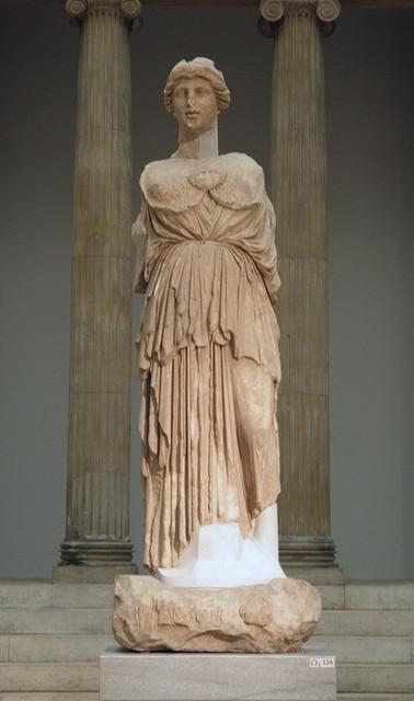 Pergamon Krallığı'nın koruyucusu ve zeka tanrıçası Athena'nın 3.5 m yüksekliğindeki heykeli kütüphanenin salonunun ortasında yer almaktaydı.  Bu heykel, ünlü heykeltraş Fidias'ın Athena Parthenos heykelinin Hellenistik anlamda bir kopyası idi. Bu heykel de MÖ 170 yılına tarihlenen Zeus Sunağı gibi Carl Humann tarafından Berlin'e götürüldü. Osmanlı İmparatorluğu'nun zor günlerinde, alınan sınırlı, küçük kazı izinlerine karşın büyük çaplı eserler kontrolsüz biçimde Berlin'e taşınmıştı. 1930 yılında ziyarete açılan Pergamonmuseum günümüzde Berlin'in en çok ziyaretçi çeken müzesi. Fotoğraf:www.flickr.com