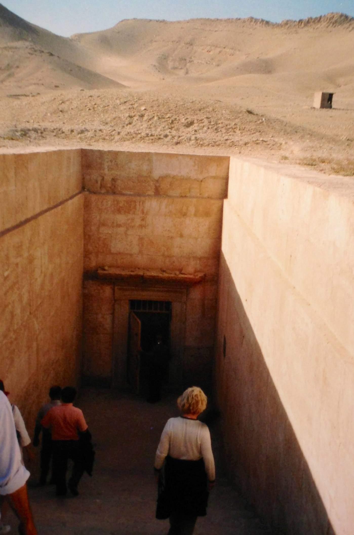 Suriye'de Palmyra'da 50 hipoje var. Bunlardan biri olan Üç Erkek Kardeşi Mezarı'nın girişi ve lahitleri. Fotoğraflar: Füsun Kavrakoğlu