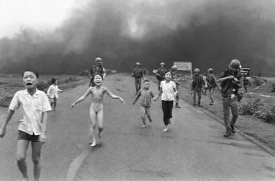 Sontag, ikonik değerdeki haber fotoğraflarının önemli bir kısmının düzmece olduğunu; Vietnam Savaşı'ndan itibaren ise, ünlü fotoğrafların hiç birinin düzmece olmadığının hemen hemen kesin olduğunu yazmış. Televizyonun savaş görüntülerini aktarmaya başlaması ile durumun değiştiğine vurgu yapmış. Yukarıda Vietnam Savaşı'nda 1972'de Associated Press fotoğrafçısı Huynh Cong Ut'un (Nick Ut, 1951) çektiği ve ana yola atılan Amerikan napalm bombalarından kaçan bir köyün çocuklarını gösteren ve Ut'a 1973 Pulitzer Haber Fotoğrafı Ödülü'nü kazandıran Savaşın Terörü adlı karenin, poz verdirilerek çekilmesi mümkün olmayan fotoğraflar kategorisine ait olduğunu belirtiyor. Aynı, Eddie Adams'ın 1968'de çektiği, Güney Vietnam polis teşkilatı şefinin Saygon'daki bir sokakta, Vietkong'lu bir zanlıyı başından vurduğu fotoğraf gibi. Fotoğraf:en.wikipedia.org.