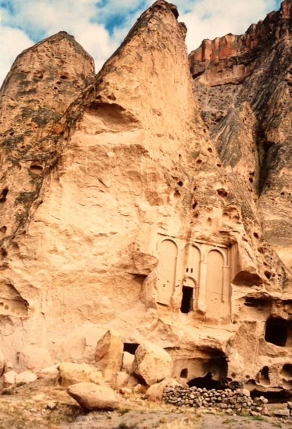 Kapadokya'daki Hıristiyan ibadethaneleri aşamalar geçirdi: birinci aşama basit bir oyuk idi; ikinci aşamada oyuk, kilise hissi verecek şekilde oyuldu; üçüncü aşamada kilise planı uygulandı; dördüncü aşamada yapılara cephe yaratmaya başladılar; beşinci aşamada iç ve dış mimarisi ile tam bir bina oldu. Selime Köyü'ndeki yapıda dördüncü aşamayı, cephe uygulamasının başlamasını izliyoruz. Fotoğraf: Füsun Kavrakoğlu