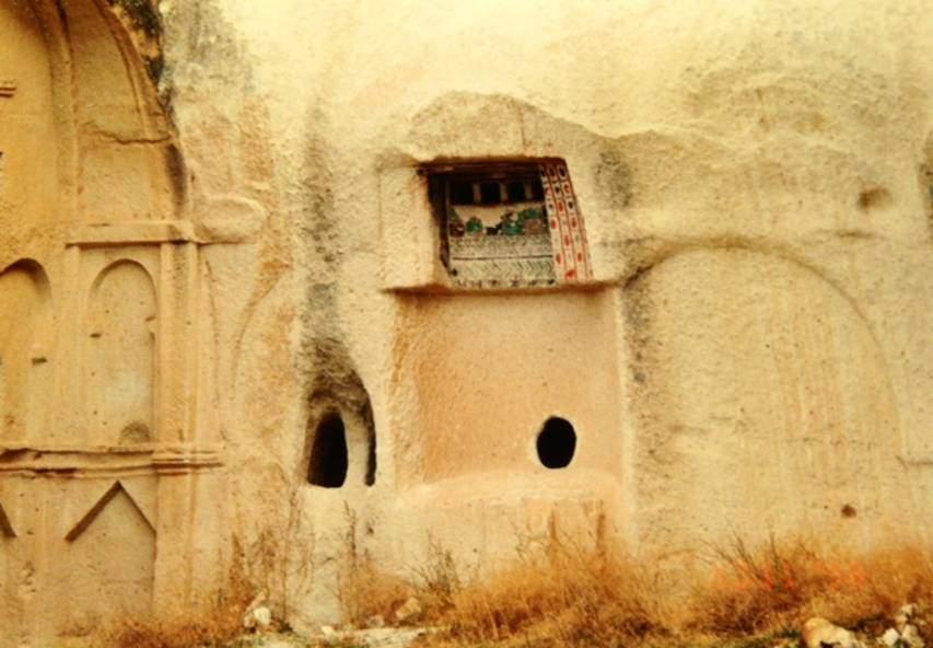 Kapadokya'da Hallaçdere Manastırı avlusundan. Bu manastır, avlu etrafında oluşan manastırlara bir örnektir. Fotoğraflar: Füsun Kavrakoğlu