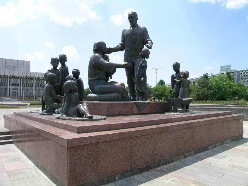 Taşkent'te Halkların Dostluğu Meydanı'nda demirci ailesinin heykeli. Ailenin 15 çocuğu var. Bu sayı 15 Sovyet Cumhuriyetini temsil ediyor. İkinci Dünya Savaşı'nda anasız babasız çocuklar Özbekistan'a yollanmış. Özbekler bu çocukları evlat edinmiş. 1966 yılında olan depremden sonra her Sovyet Cumhuriyeti Taşkent'e bir mahalle inşa etmiş. Meydandaki Kültür Merkezi'nin önünde de 15 bayrak direği var. Şimdi bu direklerde bayrak çekili değil. Fotoğraf: Füsun Kavrakoğlu