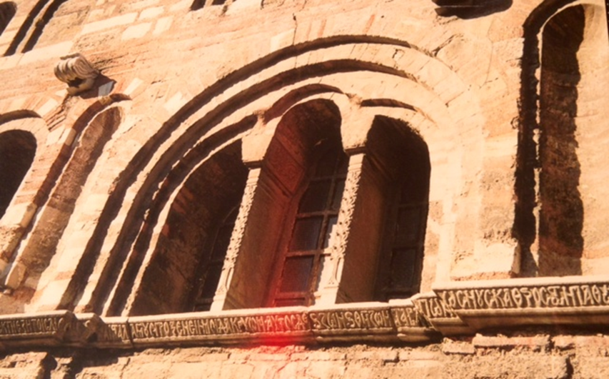 Pammakaristos Manastırı'nın  Mihail Glabas Tarkaniotes ailesinin mezar şapeli olması ihtimalinden de bahsedilir. Fetihten sonra Patrikhane kilisesi önce Büyük Konstantin döneminde yapılan Havvariyun Kilisesi'ne taşınmış, Fatih Sultan Mehmet buraya cami ve külliye inşa etmek isteyince Pammakaristos Manastırı'na taşınmış,  1601 yılına Fener'deki Hagios Manastırı'na geçinceye kadar da burada kalmıştı. 1601 yılında yapılan fetihlerin hatırasına camiye dönüştürülmüş, adı da Fethiye Camii olmuştur. Bina camiye dönüştürülürken kilisenin apsis kısmı yıkılarak yerine bir mihrap yapılmıştır. 1955 yılında Amerikan Bizans Enstitüsü binayı restore etmiş, içindeki mozaik ve freskler temizlenmiş, sonradan yapılan kemer sökülüp yerine eski haline uygun sütunlar yapılmıştır. Taş ve tuğladan örülü dış duvarlarında yazılar vardır. Buradaki bazı ikonaların şimdiki Patrikhane'ye taşındığı söyleniyor. Uzun süre buradaki vaftiz sahnesinin şehirde tek olduğu düşünüldü. Galata'daki Arap Camii'nde mihrabın üstündeki sıvalar dökülünce bir vaftiz sahnesi daha ortaya çıktı. Vaftize ait bir fresk de Azize Öfemya Martiryomu'nda vardır. Yeri, Fatih ilçesinin Çarşamba semtindedir. Fotoğraflar: Füsun Kavrakoğlu