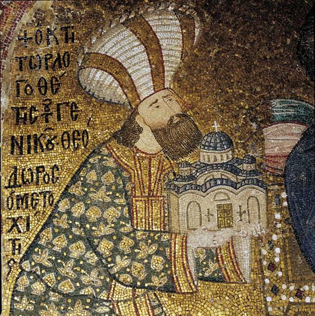 Daha eski tarihli bir şapelin yerine 536 yılında ilk Kariye Kilisesi inşa edilmiş. Kilise hem İkonaklast döneminde hem de Haçlı Seferleri sırasında İstanbul'un Latinlerin eline geçtiği dönemde (1204-1261) büyük ölçüde yıkıma uğramış.13. yüzyılda Bizans devlet yönetiminin ileri gelenlerinden siyasetçi, edebiyatçı bilgin Theodoros Metokhides kiliseyi esaslı bir biçimde onartmıştır. Günümüze ulaşmış olan tüm mozaik ve freskler aynı döneme aittir, 1316-21. İstanbul'un fethinden sonra camiye çevrilen Kariye Müzesi'nin içindeki mozaik ve fresklerin üstünün alçıyla kapatılmış olması eserlerin günümüze kadar gelmesini sağlamış. Mozaikler dünyadaki en ilginç Bizans resimleri serisi olarak kabul ediliyor. Fotoğrafı okuyananne.blogspot.com'dan alınan mozaikte kilisenin inşasını tamamlayıp, içini mozaik ve fresklerle süsleten Theodoros Metokhides İsa'nın önünde diz çöküp elindeki kilise maketini ona sunarken gösteriliyor.