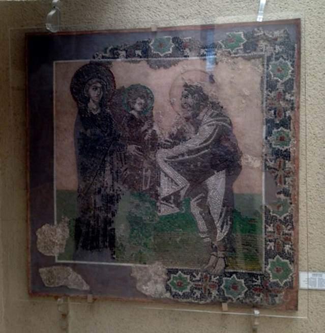 Cam ve taş tesseradan yapılmış bu mozaik tablo 6. yüzyıla tarihlenmektedir. Tabloda Meryem, çocuk İsa ve Aziz Simeon betimlenmiştir. Bu mozaik tablo, Theotokos Kyriotissa'ya adanmış kilise apsisinin güney hücresinin duvarından çıkmadır. Kalenderhane Camii kazısı esnasında bulunmuştur. Konstantinopolis'teki Mabede Takdim sahnesinin en eski örneğidir. Tablo, iki çeşit çiçekle çerçevelenmiştir. İstanbul Arkeoloji Müzeleri. Fotoğraf: Füsun Kavrakoğlu