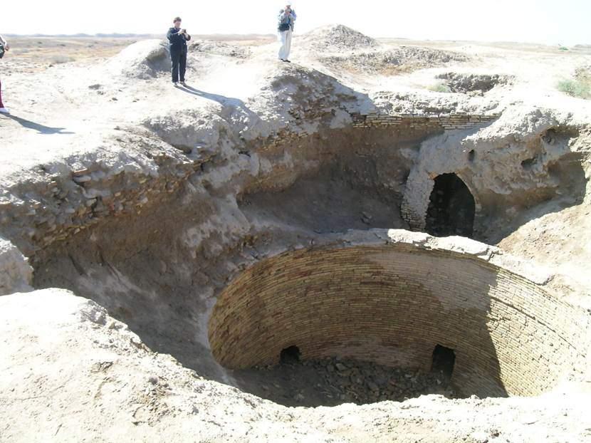 Maveraünnehir'de önemli yapıların temelinin çürümesini önlemek için yapının yakınına yeraltı sularını toplamak için sarnıçlar veya havuzlar yapılırmış. Merv'den bir örnek. Fotoğraf: Füsun Kavrakoğlu