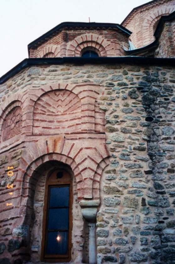 Yunanistan Ferecik'te 12. yüzyıl yapısı bir kilise. İzakios Komnenos'un bu kilisenin narteksinde gömülü olduğuna inanılıyor. 12.-13. yüzyılda harç varmış gibi duran ama geri çekilmiş tuğla ile örülmüş, gizli tuğla tekniği adı verilen teknikle inşa edilmiş olan bina, bu özelliğini kötü restorasyon ile kaybetmiş. Fotoğraf: Füsun Kavrakoğlu