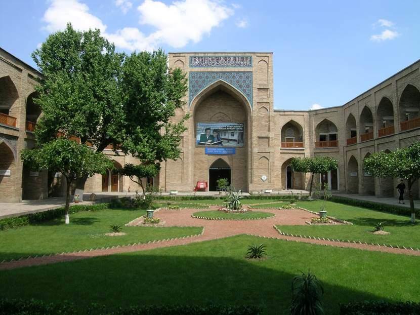 16. yüzyıl yapısı Kükeldaş Medresesi, Taşkent. Türkiye Cumhuriyeti Özbekistan'da ikisi kızlar için on medrese açmış. Burası açık en büyük medrese. Değişik ülkelerden 150 öğrencisi var. T.C. Milli Eğitim Bakanlığı'na bağlı. Kükeldaş, yönetici anlamına geliyormuş. Fotoğraf: Füsun Kavrakoğlu