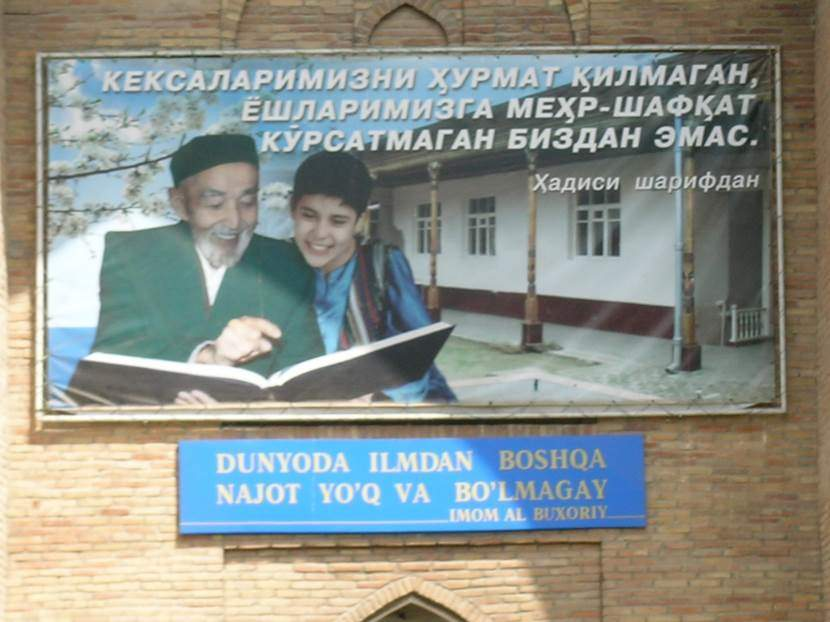 Medresenin ana kapısının üzerindeki tabelada Özbekistan baş imamının fotoğrafı var. Fotoğraf: Füsun Kavrakoğlu