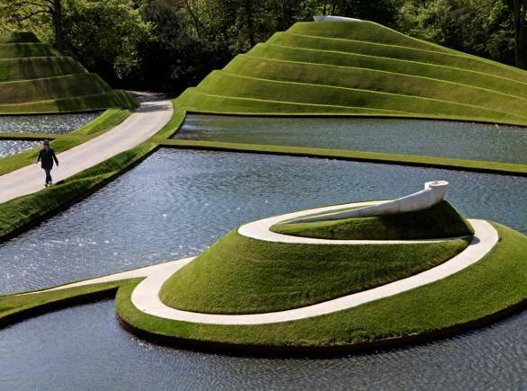 1939 doğumlu ABD'li peyzaj mimarı Charles Jencks'e göre Postmodern, modernist dünya görüşünü geride bıraktığımızı, nereye gittiğimizi belirtmeden ortaya koyabilmektir. Snail and Snake, Charles Jencks, Garden of Cosmic Speculation, Dumfries, İskoçya. Fotoğraf:adorepics.com