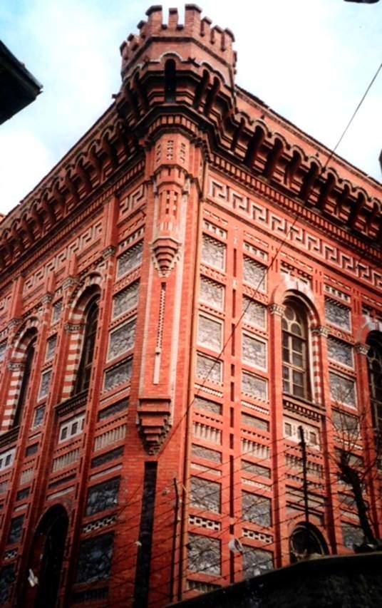 1881 yılında Bizantino-Morik denen stilde yapılmış olan Fener Rum Lisesi'nin tasarımı Mimar Dimadis'e aittir. Bina, İstanbul Rumları'nın ve Aynaroz rahiplerinin bağışlarıyla yapılmıştır.