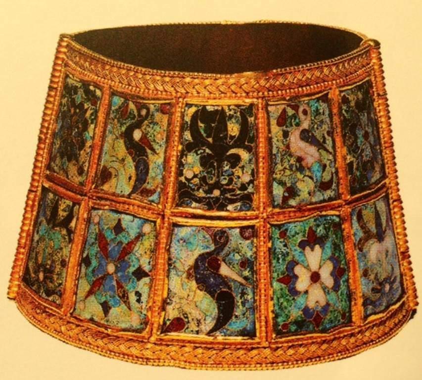 Bilezik, 9.-10. yüzyıl, altın ve cam. Bizans Kültürü Müzesi, Selanik, Yunanistan. Fotoğraf: Bizantion'dan İstanbul'a, Sakıp Sabancı Müzesi, 2010.