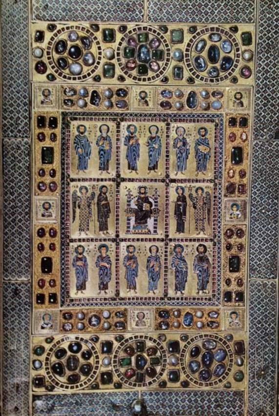 Kilise de, ekmek kabı, şarap kupası, liturjik kaşıklar (şaraplı ekmek uzatmak için), buhurdanlık, rölikerler, kutsal kitap ciltleri, ikonalar, templonlar, ambonlar, aydınlatma gereçleri ve daha pek çok kuyum işi ile mücevhercilerin en az saray kadar iyi  müşterisiydi. Fotoğraftaki rölik mahfazasında merkezdeki İsa, Meryem Ana, Vaftizci Yahya ve Havarilerle çevrili olarak betimlenmiş. 1204 yılındaki Haçlı işgalinde Konstantinopolis'ten alınan bu ganimet şimdi Almanya'da. Fotoğraf: Byzantium, Time-Life Int.