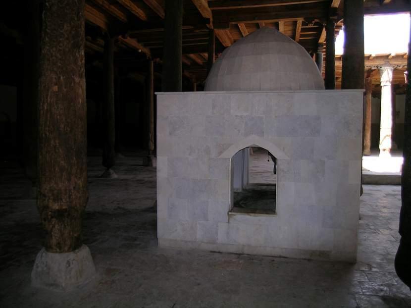 Caminin ortasındaki bu yapı kışın abdest alırken ılık su temin etmek için düşünülmüş. Ortadaki kazana su konuyor, kenarlarda içine kireç konulan oluklar var. Bu oluklar kazanın altından da geçiyor. Kirecin üzerine su atılınca kireç kızıyor, kazandaki su ılınıyor. Fotoğraf: Füsun Kavrakoğlu