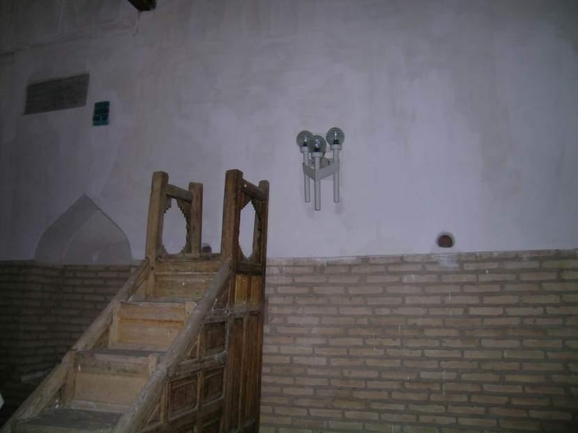 Akustik için caminin dört duvarına ellişer küp gömmüşler. Küpler, açık ağızlarıyla sesi karşıya yolluyorlar. Fotoğraf: Füsun Kavrakoğlu