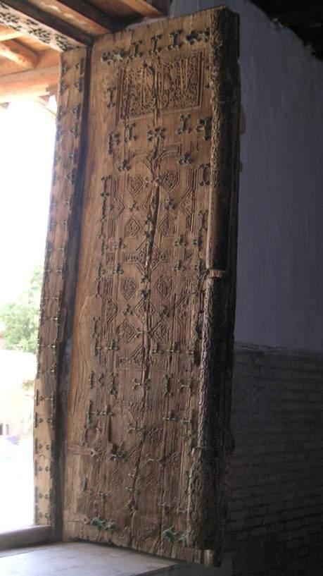 Caminin ahşap, oymalı kapısı. Fotoğraf: Füsun Kavrakoğlu