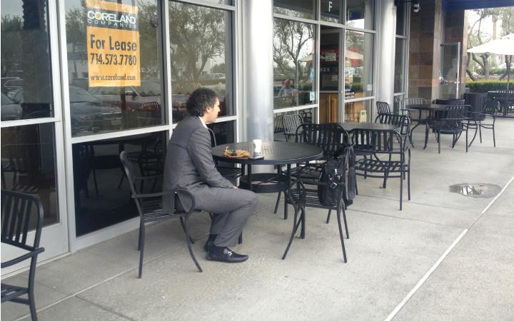 Baudrillard, ABD'de insanlar arasında hiçbir bağ olmadığını; kimsenin kimseye bakmadığını; gülümsemelerinin yalnızca gülümsemek zorunluluğunu anlattığını; yalnız yemek yemenin çok yaygın olduğunu, bunun ölüm anlamına geldiğini yazmış. Fotoğraf:yemek.com