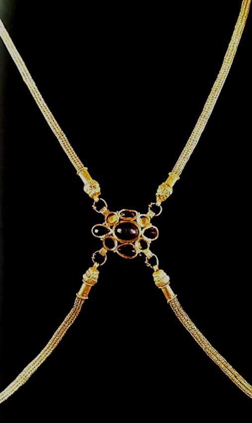 Altın, ametist, garnetten yapılma vücut kemeri. Geç 4. Yüzyıl. British Museum, Londra. Fotoğraf: Byzantium, Robin Cormack ve Maria Vasilaki, Royal Academy of Arts, 2008.