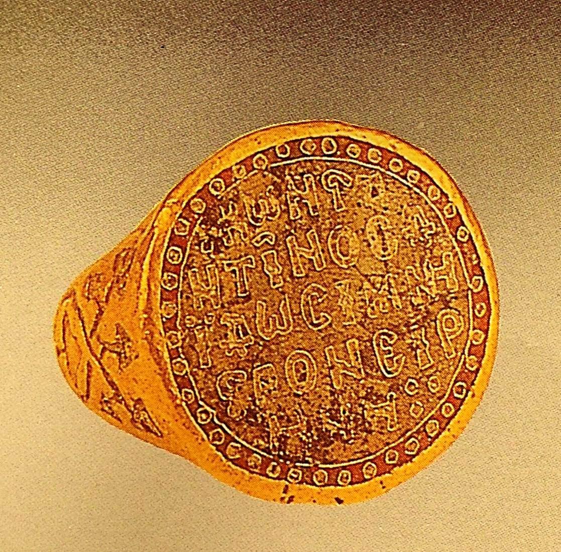 """12. yüzyıl sonu, 13. yüzyıl başına tarihlenen bu altın yüzük, İstanbul Arkeoloji Müzeleri'nin yeni binasının yapımı sırasında bulunmuştur. Üzerindeki yazıda, """"Konstantin İrene 'ye yüzükle evlenme teklif etti"""" yazmaktadır. Yüzüğün yan kısmındaki süslemelerin önceleri mineli olduğu düşünülmektedir. İstanbul Arkeoloji Müzeleri. Fotoğraf: Füsun Kavrakoğlu"""