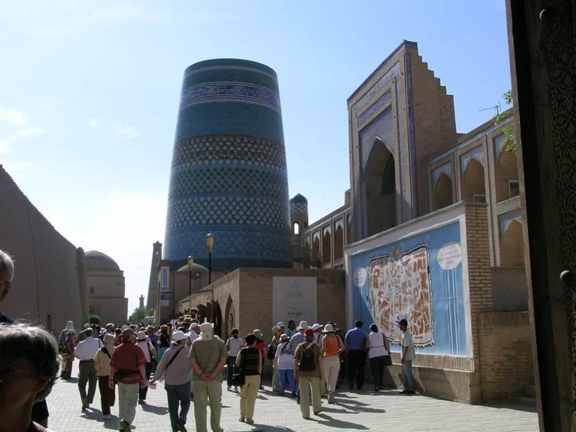İçan Kale, yani iç kale. Buraya Ata-Darvaza adlı kapıdan girdik. Sağda Muhammed Emin Han Medresesi ile Kalta Minare. Solda ise Köhne Ark, yani Hiva'nın eski sarayı görülüyor. Fotoğraf: Füsun Kavrakoğlu