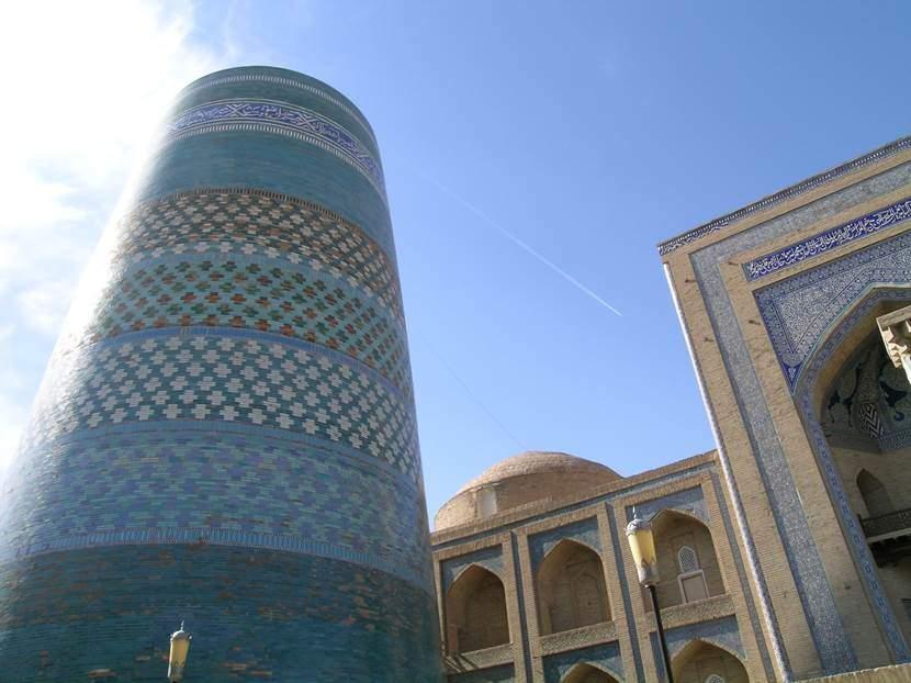 Kalta Minare, yani bitmemiş minare. Yapım yılı 1855. Muhammed Emin Han zamanında Buhara'yı görecek yükseklikte yapılmak üzere planlanmış ama Han ölünce yarım kalmış. Yerine geçen kardeşi, abisinin adı söylenir diye minareyi tamamlatmamış. Bu hali ile 29 metre. Bitirilebilse idi 85 metre olacaktı. Taban çapı 14 metre. Sağlamlık için çap yukarı doğru daralıyor. Üzerindeki yazı Arap harfleri ile Farsça. Fotoğraf: Füsun Kavrakoğlu