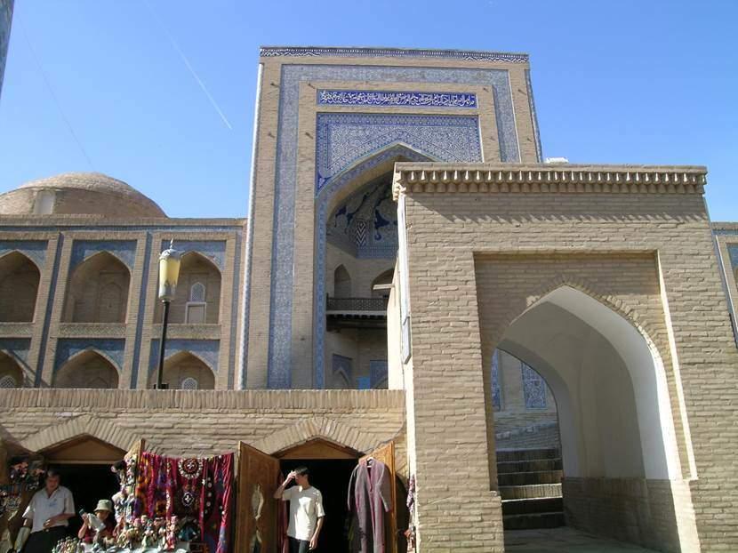 Muhammed Emin Han Medresesi (1851-1855). Hiva ve Orta Asya'daki en büyük, iki katlı medrese. Hiva'da yapılan ilk konforlu medrese. Zemin katta iki odalı hücreleri var. Diğer bir yeniliği ise birinci kattaki odaların dışarı bakan pencereleri olması. Günümüzde otel olarak kullanılıyor. Hiva'da 112 medrese, 96 cami varmış. Fotoğraf: Füsun Kavrakoğlu