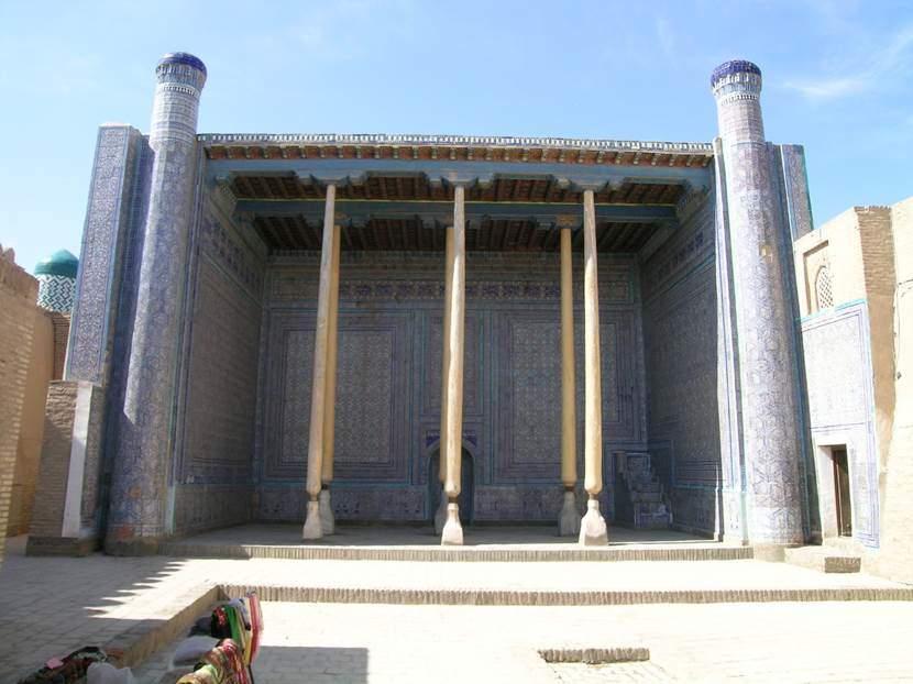 Eski Saray'ın yazlık camii, esintiyi yakalamak için eyvanlı ve surdan yüksek yapılmış. Fotoğraf: Füsun Kavrakoğlu