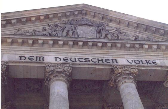 """Alman parlamentosu Reichstag'ın alınlığı üzerinde """"Alman Halkı"""" yazısı. Postmodernizm, cinsiyet, politika ve etnisite konularını da sorgular. Kimlikle ilgili geçmişte doğal karşılanan değer yargılarını tekrar gündeme taşıyarak yeniden değerlendirilmesini temin etmeye çalışır. Almanya, Berlin Fotoğraf: Füsun Kavrakoğlu"""