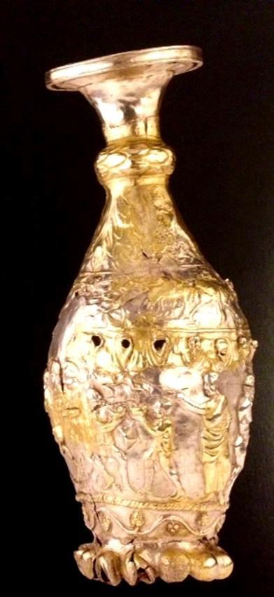Kutsal Kitap'tan öykülerle dekorlanmış, geç 4. yüzyıla tarihlenen gümüş, altın yaldızla süslenmiş ibrik. National Museum of Scotland. Fotoğraf: Byzantium, Robin Cormack ve Maria Vasilaki, Royal Academy of Arts, 2008.