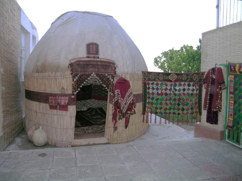 Bu Türkmen çadırının üzerine örtülen kumaş yağmur, rüzgar geçirmiyor. Rezent adlı bu kumaş Rus malı. Fotoğraf: Füsun Kavrakoğlu
