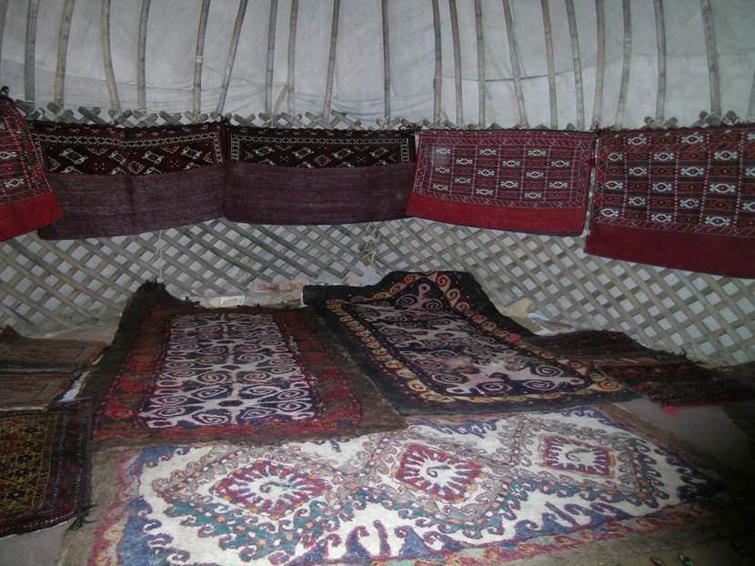 Çadır çok kolay kurulup kaldırılabiliyormuş. Yerler halı ve keçe ile kaplı. Çadırın tüm parçaları tam bir deveye yüklenebilecek miktarda. Fotoğraf: Füsun Kavrakoğlu