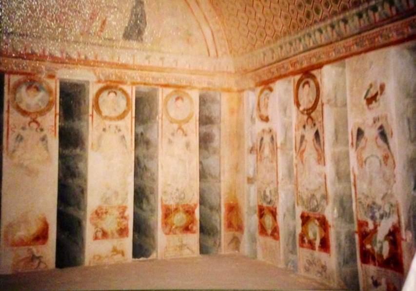 Suriye, Palmira'da 2. yüzyıla tarihlenen 50 hipojeden biri olan Üç Erkek Kardeşin Mezarı'nın freskleri. 19. yüzyıldan sonra hipojeler oldukları yerde korumaya alınmıştır. Fotoğraf: Füsun Kavrakoğlu