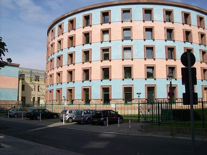 Berlin,  Tiergarten'daki Sosyal Bilimler Merkezi (WZB). James Stirling ve Michael Wilford,1894 yılı yapımı Reichsversicherungsamt binasını, 1984-1988 yılları arasında, şehrin en ünlü Postmodern binalarından birine dönüştürmüştür. Fotoğraf:en.wikipedia.org