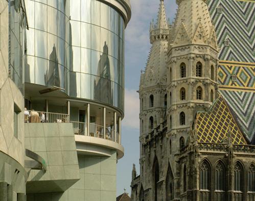 Viyana'da St. Stephen's Dome'un arkasındaki dekonstrüktivist Haas Evi (1985-1990), bir Hans Hollein (1934-2014) tasarımı. Fotoğraf:photo.iennelopez.net