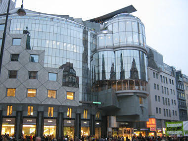 Haas Evi'nin cephesine yansıyan katedral. Fotoğraf:www.wien-vienna.at