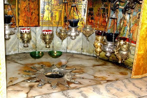 Kudüs'teki Kutsal Kabir Kilisesi (Holy Sepulchre Church) ve yağ kandilleri. Fotoğraf:peygambermezar.blogspot.com