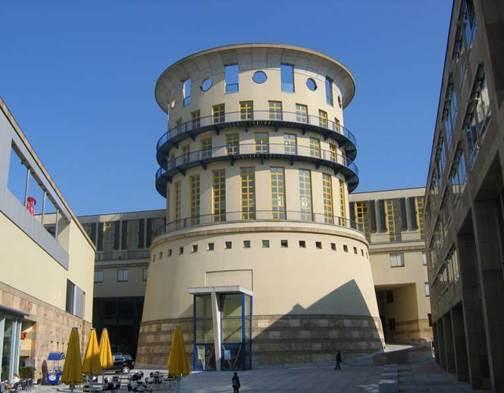 İngiliz mimar Sir James Stirling (1926-1992) ve ortağı Michael Wilford'ın Almanya'nın Stuttgart şehrinde yer alan Müzik ve Görsel Sanatlar Akademisi (1978-1984) yarışmasını kazandığı projesi Postmodern dönemin en önde gelen yapılarından birisi olarak nitelendirilir. 1981 yılında Pritzker Mimarlık Ödülü'nü kazanan James Stirling'in, bu tarihten sonra Büyük Britanya'da imzasını attığı önemli projeleri arasında Tate Londra (1980-87), Tate Liverpool (1984), 1 No'lu Kümes, Londra (1986) yer alır. Fotoğraf:commons.wikimedia.org