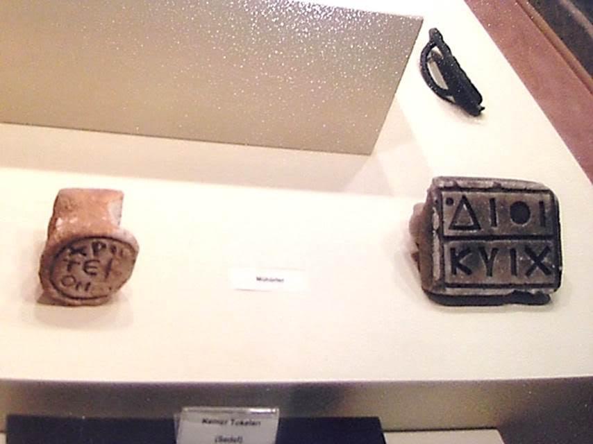 Çorum Müzesi'nde iki tane kil Bizans tören ekmeği damgası. Fotoğraf: Füsun Kavrakoğlu
