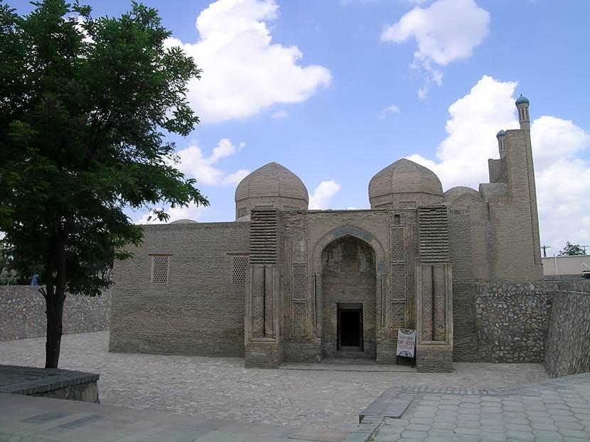 Magoki Attari Camii. İlk bina Karahanlılardan, 12. yüzyıldan. Ateşgede tapınağı üzerine yapılmış. Magok çukur demek. Kum fırtınası sonrası kuma gömülü kaldığı için Cengiz Han görememiş. Tekrar bulunması 16. yüzyılda olmuş. Cephesi 12. yüzyıla ait, gerisi 16. yüzyılda yeniden yapılmış. Karahanlıların hafif sivri kemerli, bitkisel ve geometrik motiflerle ve yazılarla süslenmiş taçkapıları; birbirini kesen sekizgenlerden ortaya çıkan düğüm motifleri tipiktir ve Timurlularda, Gaznelilerde, Büyük Selçukluda ve Anadolu Selçuklularda hatta Osmanlıda yeni yorumlarla değerlendirilmiştir. Bugünkü cami altı sütun üzerine üç nefli planı ile Anadolu'daki üç nefli camilerin öncüsü olmuştur. 17. yüzyılda sinagog olarak da kullanılmış olma ihtimali vardır. Yahudi bir doktor Emir'in çocuğunun hayatını kurtarınca Emir doktora ve onunla beraber 7 Yahudi ailenin Buhara'da yaşamasına izin vermiş. 1939 yılında bir Sovyet arkeoloğun ilgisini çektiği sırada yarı yarıya toprağa gömülüymüş. Fotoğraf: Füsun Kavrakoğlu